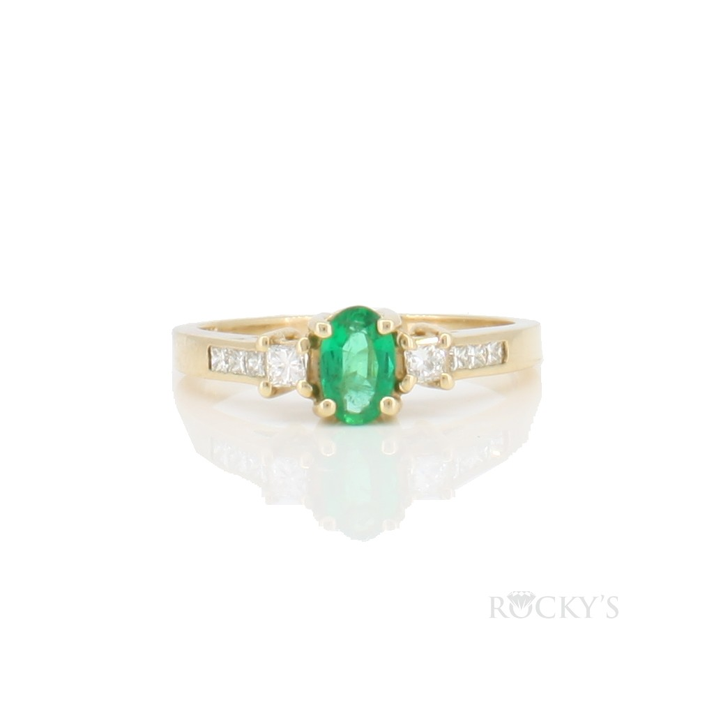 Emerald and diamonds ring with 0.58ct